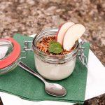 Apfel-Joghurt-Dessert im Glas mit gerösteten Mandelblättchen